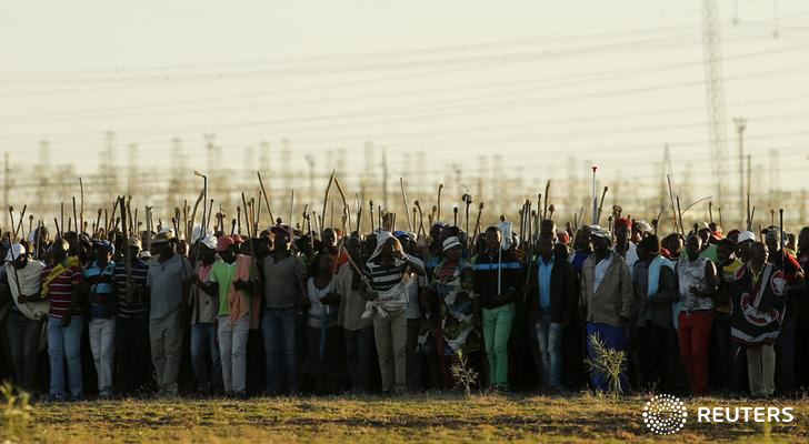 Miners on strike chant slogans as they march in Nkaneng township outside the Lonmin mine in Rustenburg May 13, 2014. South Africa sent more police to the strike-hit platinum belt on Tuesday to protect miners returning to work this week as producers pushed ahead with plans to end the sector's longest and most costly bout of industrial action. REUTERS/Siphiwe Sibeko (SOUTH AFRICA - Tags: POLITICS BUSINESS COMMODITIES CIVIL UNREST EMPLOYMENT TPX IMAGES OF THE DAY)