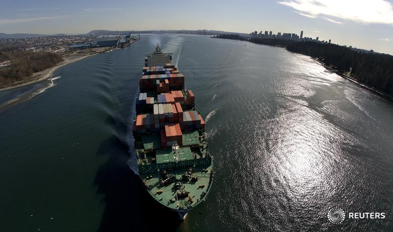 A container ship departs Burrard Inlet in Vancouver, British Columbia March 6, 2009. REUTERS/Andy Clark (CANADA) - RTXCG59